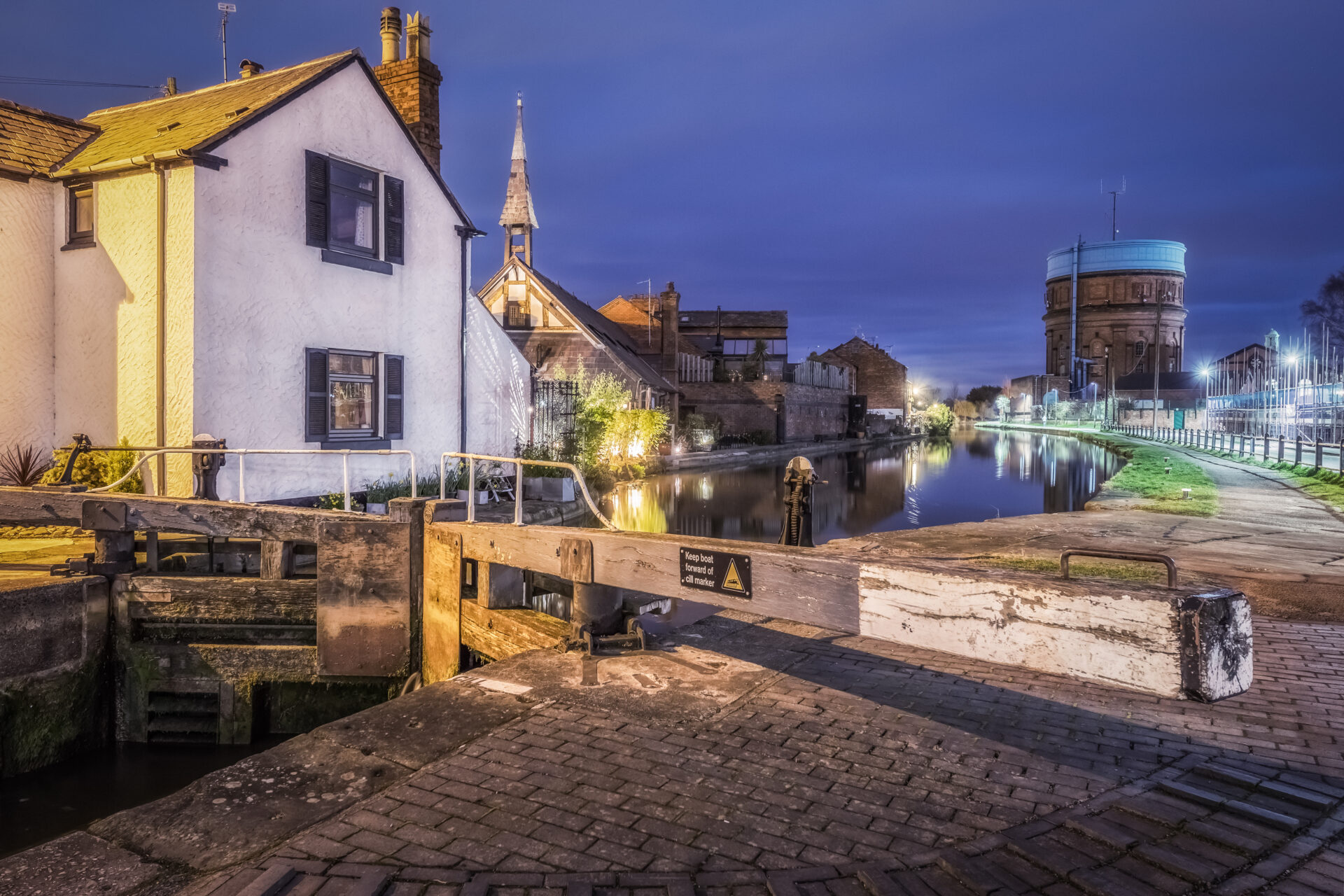 Photo taken in lowlight along the Shropshire Union Canal in Chester